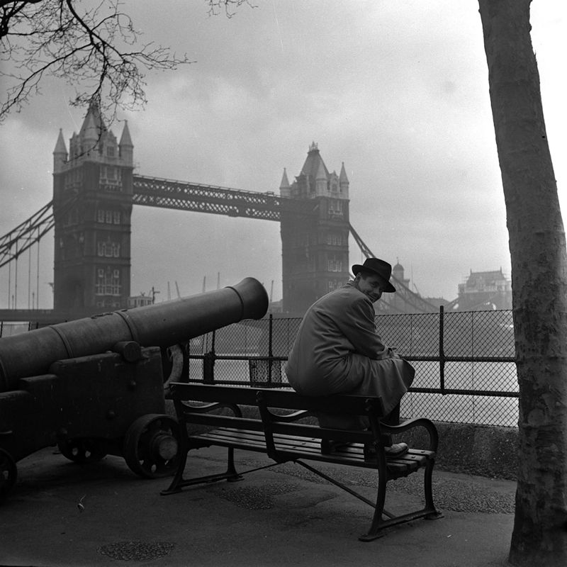 American film star Glen Ford is pictured sightseeing at Londons Tower Bridge.